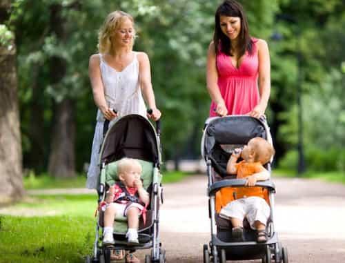 duas mamães e 2 bebês em carrinho de bebê