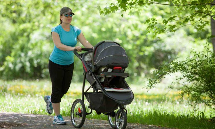 mamãe correndo fazendo exercício com carrinho de bebê