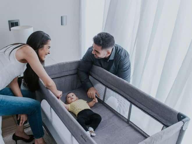 berço portátil com um bebê