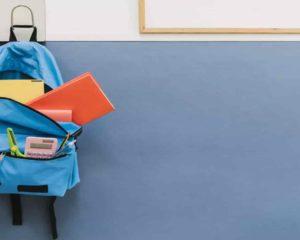 mochila escolar com os livros em sala de aula