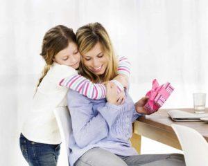crianca dando present para mamãe