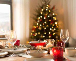 árvore de Natal no canto do lar perto da mesa de jantar