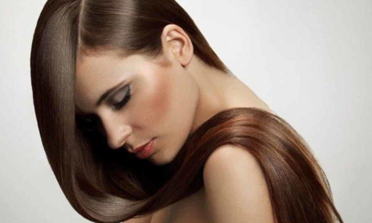 mulher com cabelo liso e loiro