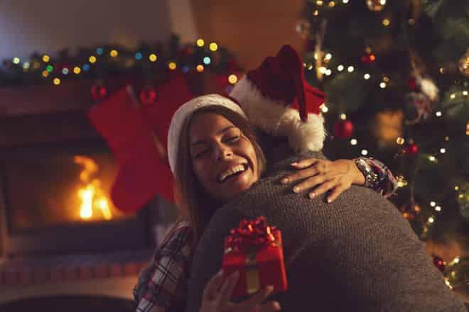 um garoto dá presente de natal para namorada