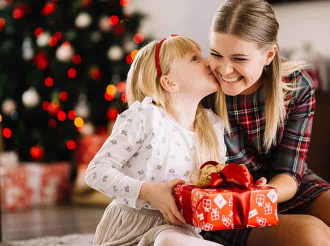 uma garota dá presente para sua mãe