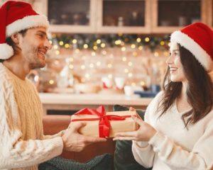 namorado dando Melhores presentes de natal para namorada