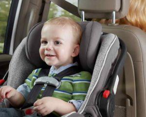 um menino sentado em Cadeirinha para carro