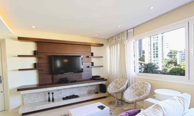 sala de estar com smart tv, sofá, mesa