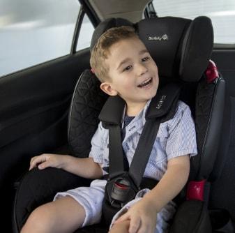 uma criança sentada na cadeirinha para carro auto