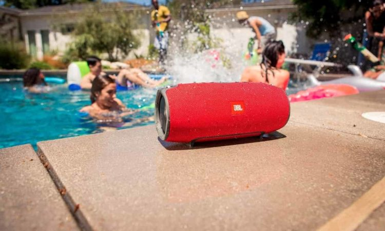 Melhor Caixa de Som Bluetooth perto da piscina
