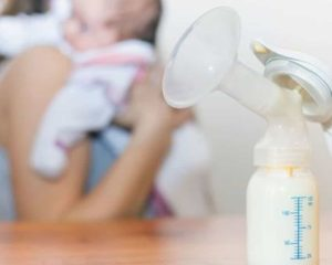 uma mulher, bebê, bombinha de tira leite com leite materna na mamadeira