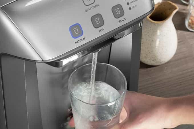 água saindo de purificador de água