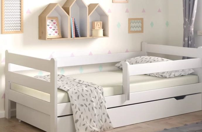 uma cama infantil branca e bonita
