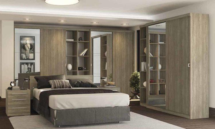um quarto de dormir grande com guarda roupa casal,cama casal