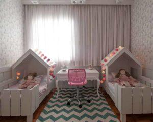 duas camas infantis no quarto