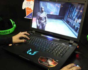 uma jogador feminino jogando games no notebook