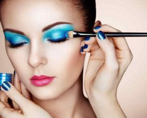 mulher bonita usando maquiagem