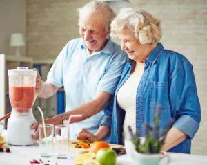 avós usando liquidificador em cozinha