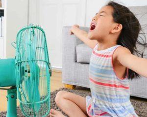 menina em frente de ventilador curtindo fresca