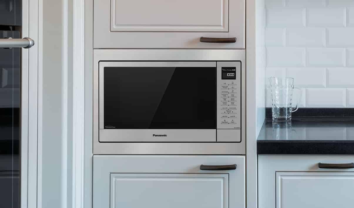 uma microonda embutida no parede em cozinha