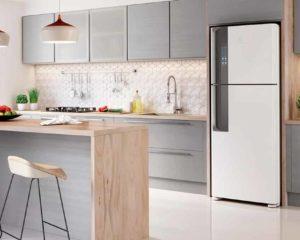 geladeira de cor branco embutido em cozinha