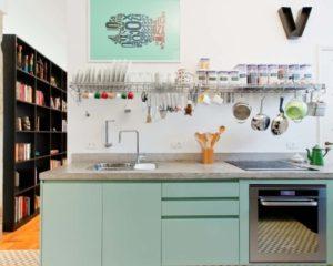 uma cozinha cheios de utensílios