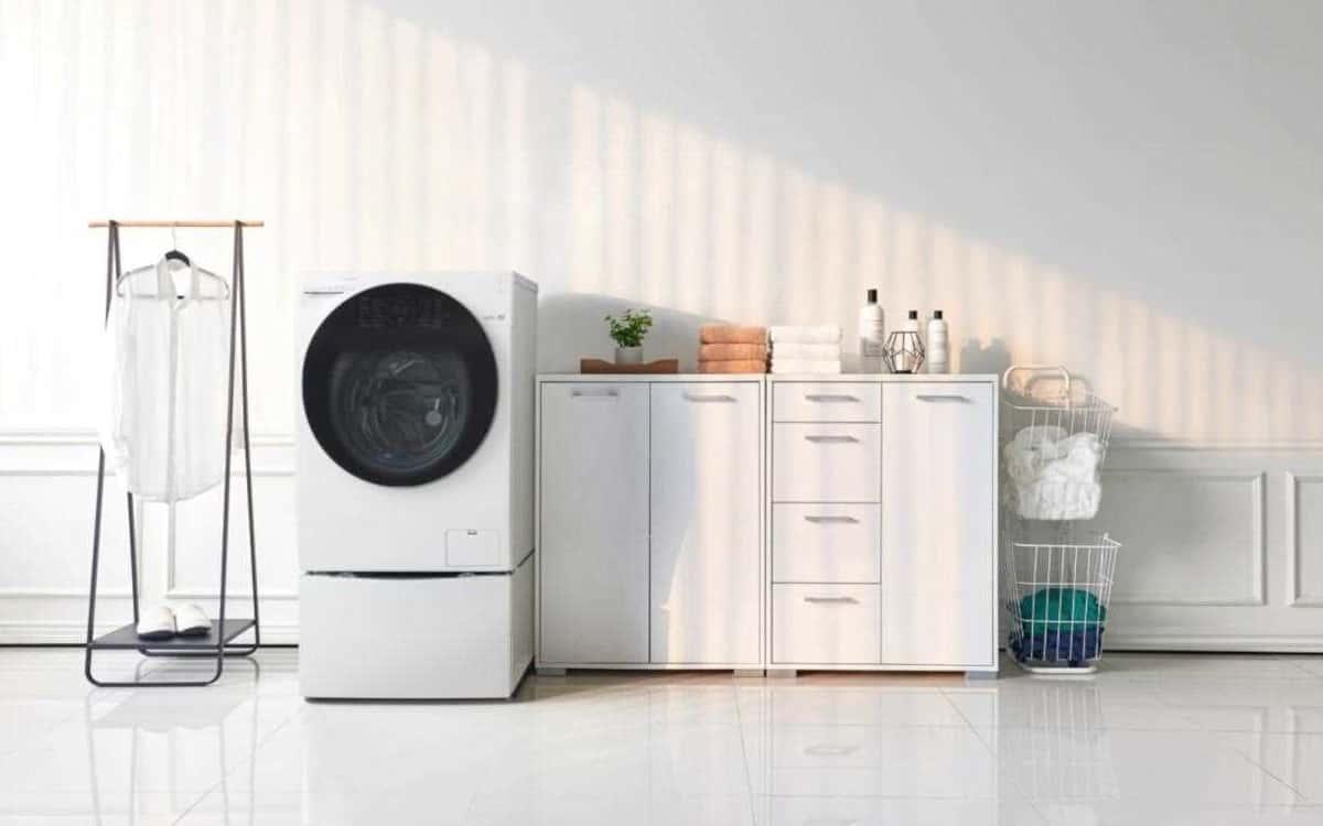 uma maquina de lavar e seca, armário