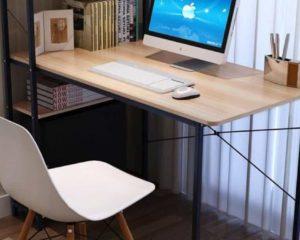escritório com desktop, mesa, e outros utensílios