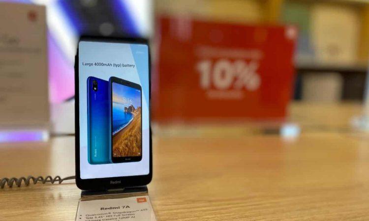 um smartphone da marca xiaomi na loja em são paulo