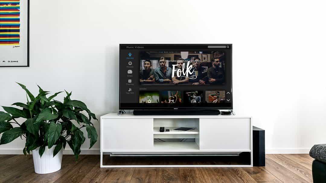 uma tv smart na sala de estar