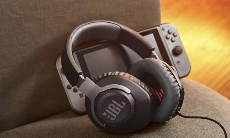 headset jbl na sofá