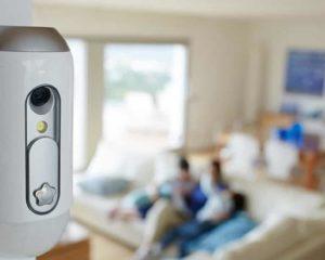 uma câmera de segurança em casa