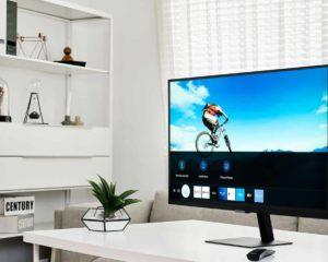 tv monitor em cima de mesa em escritório