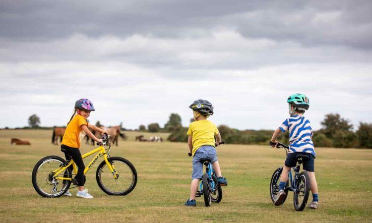 meninos brincando com bikes pequenos