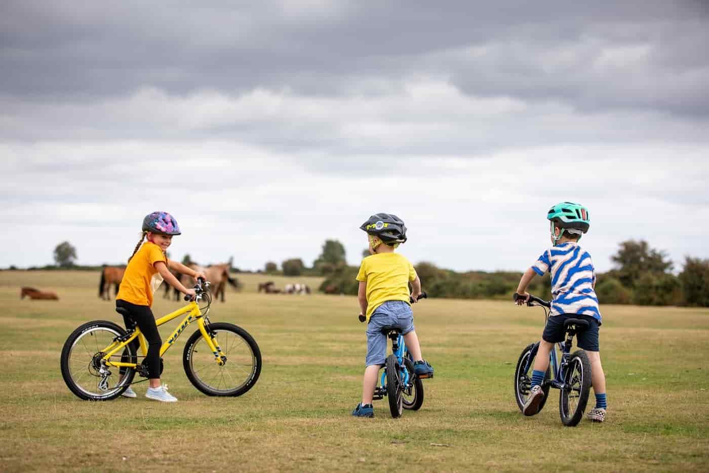 andar bicicleta infantil no ar livre