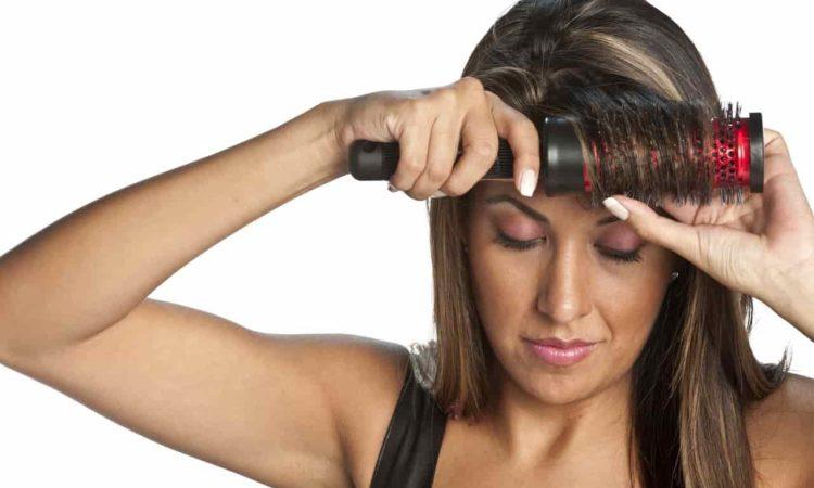 mulher utilizar escova rotativa no cabelo