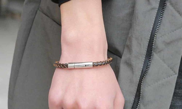 uma mulher em moda vestindo pulseira magnética