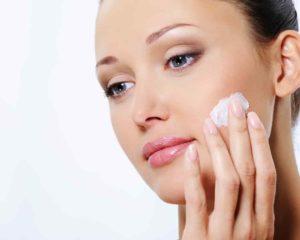 mulher bonita usando creme hirante facial