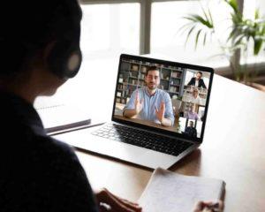 um notebook mostrando imagens dos colegas pelo webcam