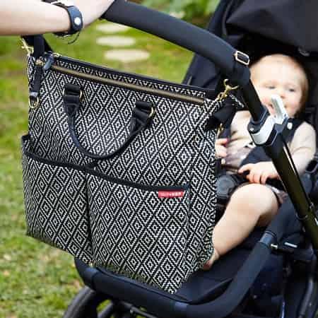 uma bolsa com carrinho de bebe