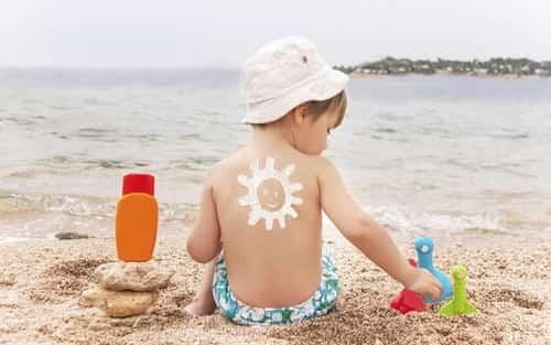 um menino usando filtro solar
