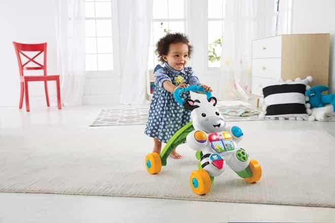 um criança brincando com andador para bebê