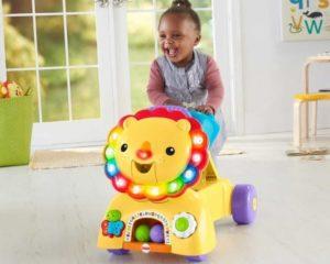 uma menina usando andador em casa