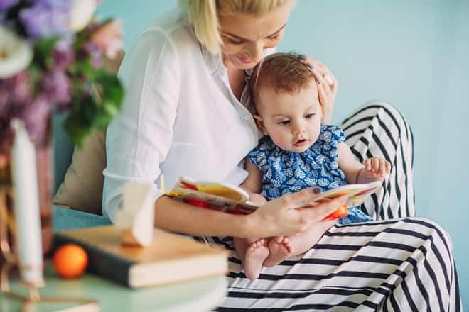 uma mãe lendo livro com filho