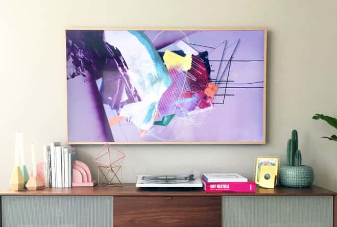 uma TV samsung no lar da casa