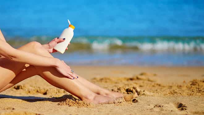 passando protetor solar em praia