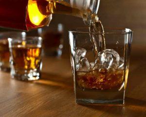 whisky no gelo em copo de vidro para beber