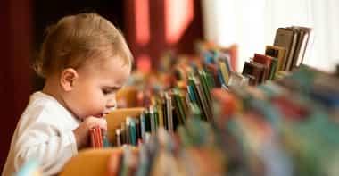 um menino escolhendo livros