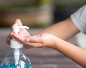 lavar mão com álcool em gel