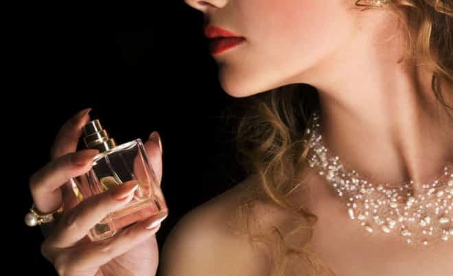 uma mulher usando perfume feminino